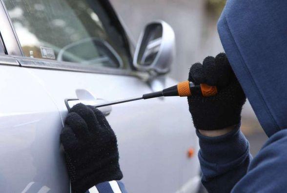 Гроші, колеса та магнітоли: за добу у Хмельницькому обчистили 4 автівки