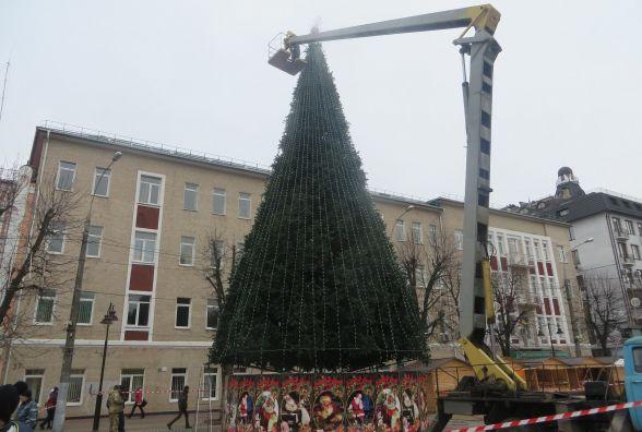 """Фото дня: на Проскурівській прикрашають новорічну ялинку і ставлять """"живу"""" арку"""
