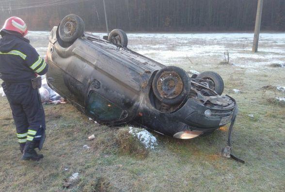 На Дунаєвеччині аварія: авто з двома людьми злетіло з дороги і перекинулося