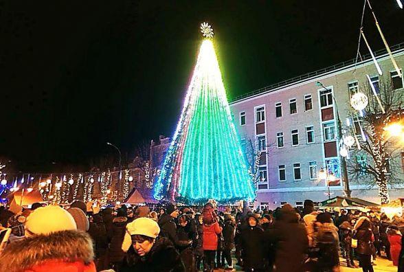 У Хмельницькому під пісні Федишин засвітили головну ялинку міста