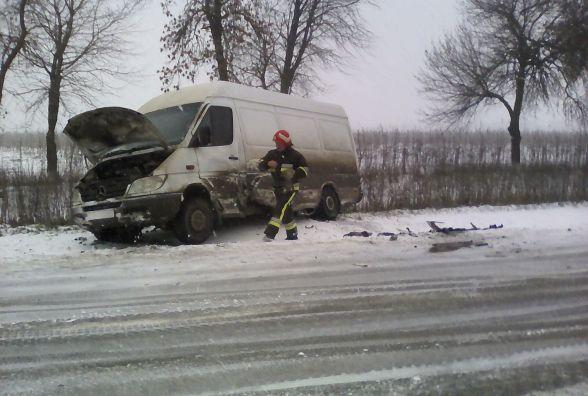 На Хмельниччині через ожеледицю три автомобілі знесло з дороги в одному і тому ж місці