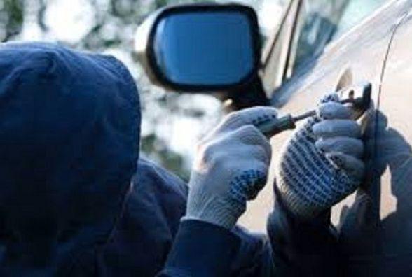 Залишати гроші в авто небезпечно: у  хмельничанина вкрали 130 тисяч гривень