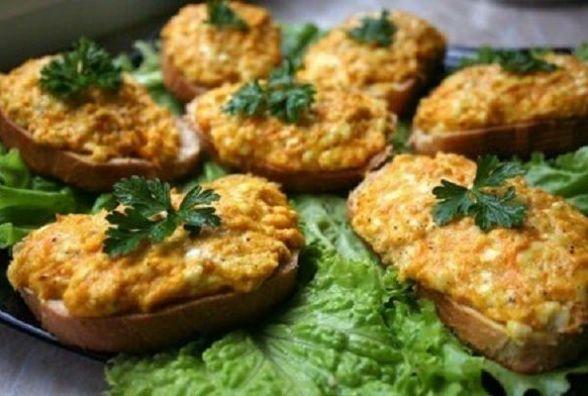 Смачний сніданок та оригінальний: як приготувати гарячі бутерброди з морквою та сиром