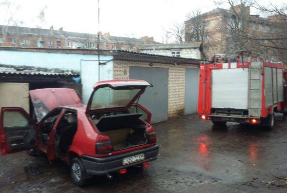 Біля гаражів на Зарічанській горів легковик