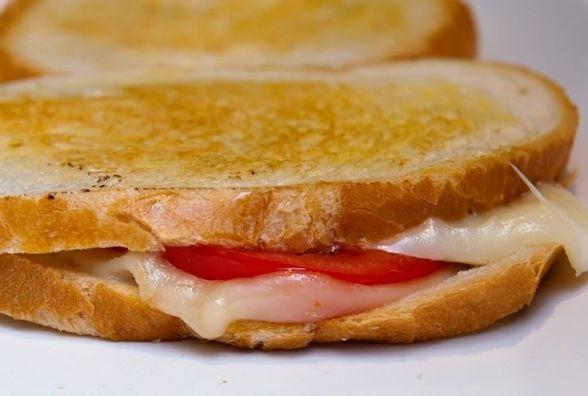 Ситний та швидкий сніданок: як приготувати гарячі бутерброди