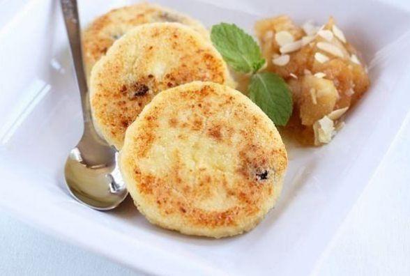 Смачний і швидкий сніданок: як приготувати сирники з манкою