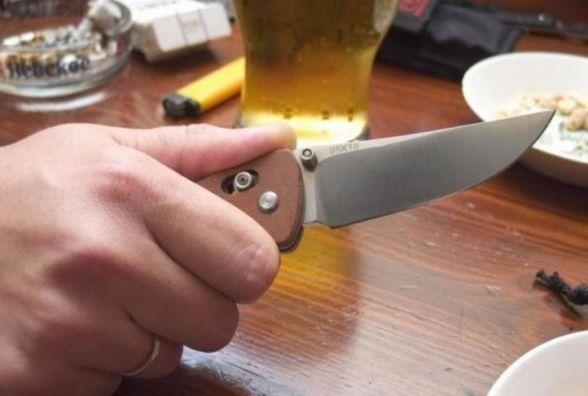У Славутському районі ревнивий чоловік порізав ножем дружину і сусіда