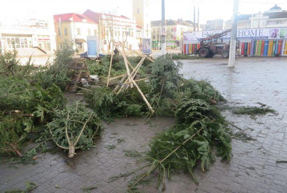 Смітник з ялинок і пусті вулиці: як виглядає центр Хмельницького після новорічного святкування (ФОТО)