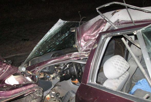 """П'яний водій """"Skoda"""" злетів з дороги. Пасажирів з авто """"вирізали"""" рятувальники"""