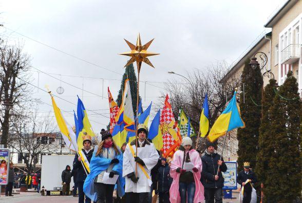 Вулицями Хмельницького пройшла театралізована католицька хода. Трьох Царів везли в кареті