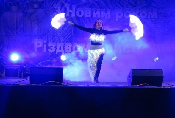 Завершення новорічно-різдвяних гулянь: головну ялинку Хмельницького закривали місцеві артисти