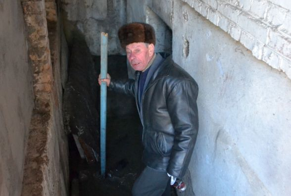 «Можна запускати карасів», -  мешканці будинку на Інститутській задихаються від затопленого підвалу
