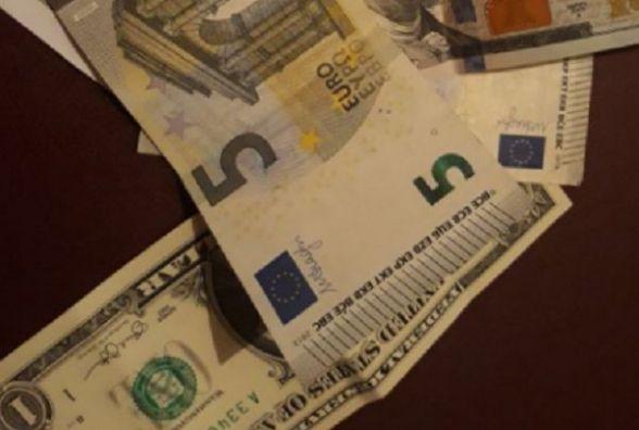 """Курс валют на 1 лютого: євро і долар продовжують """"падати"""""""