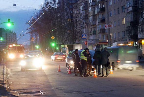 """На Зарічанській 16-річний хлопець потрапив під колеса """"Renault"""""""