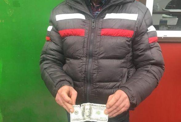 Хмельничанин намагався продати фальшиві долари на ринку