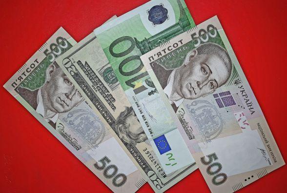 """Євро продовжує """"падати"""", а долар повертає свої позиції: курс НБУ на 9 лютого"""