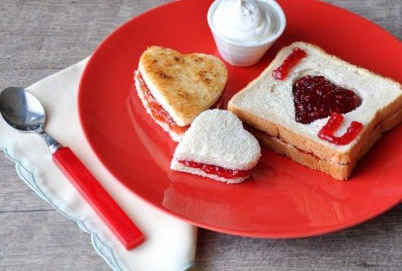 Романтичний сніданок у день святого Валентина: готуємо тости-валентинки