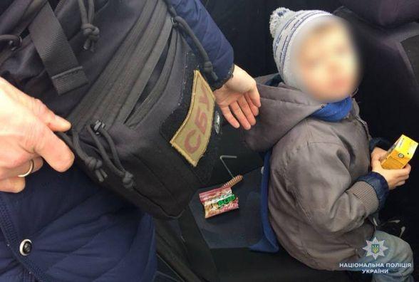 """На Хмельниччині зловили матір, яка хотіла """"здати"""" 4-річного сина в оренду за 15 тисяч гривень"""