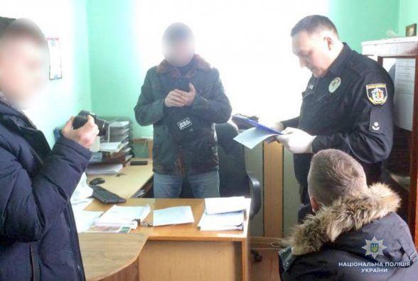 Займався гральним бізнесом: на Хмельниччині чоловік хотів відкупитися у працівника поліції