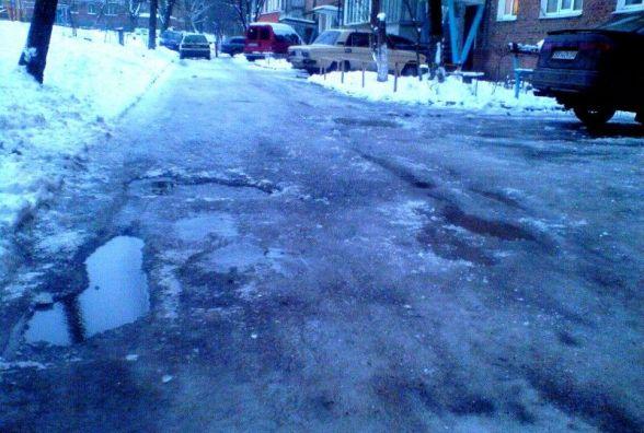 Біля будинку сніг і лід: чи у всіх дворах Хмельницького прибирають вчасно? (ОБГОВОРЕННЯ)