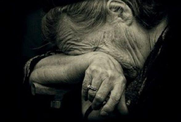 Заважала слухати музику: суд покарав 25-річного шепетівчанина, який побив свою бабусю