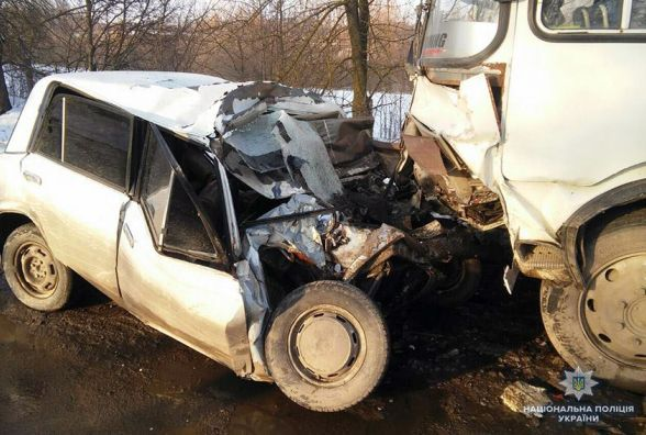 """Лоб у лоб: поблизу Хмельницького зіткнулися """"ВАЗ"""" та автобус. Водій легковика загинув"""