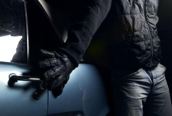 Речами грабіжники не перебирали: два автомобілі хмельничан обікрали за добу