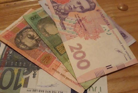 """Долар та євро """"поповзли"""" вниз: курс НБУ на 26 лютого"""