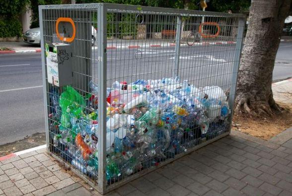 У Хмельницькому визначилися із переможцем на вивезення ПЕТ-пляшки. Як правильно її викидати
