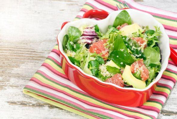 Смачний та пісний жіночий сніданок: салат з авокадо, грейпфрутом і горішками