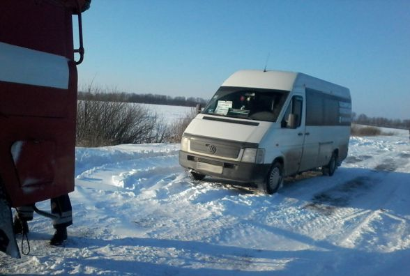 Снігова пастка: за добу 15 автівок застрягли в снігових заметах на Хмельниччині