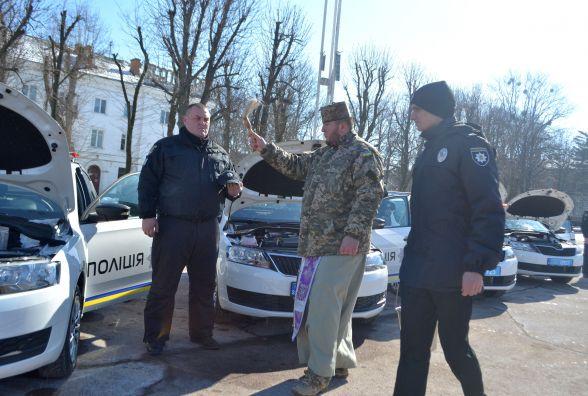Новенькі авто подарували поліції на майдані у Хмельницькому. Транспорт освятив священник