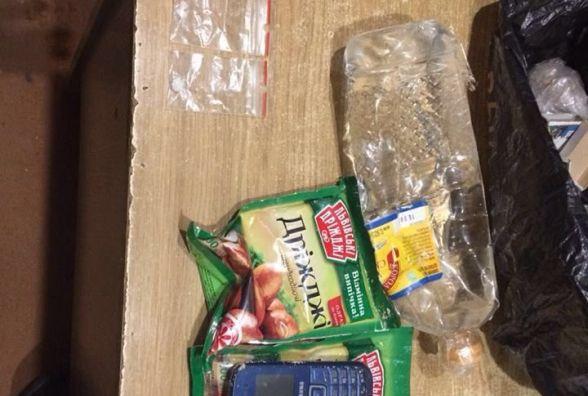 Перекинули через паркан: наркотики і мобілки хотіли передати мешканцям хмельницького СІЗО