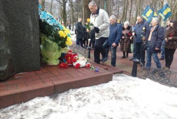 В сквері Шевченка поклали квіти до пам'ятника Кобзарю