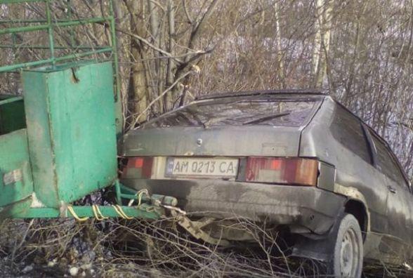 """На Хмельниччині """"ВАЗ"""" злетів з дороги.   Авто витягували рятувальники"""