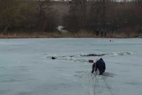 Небезпечна рибалка: двоє чоловіків провалилися під лід на Дунаєвеччині