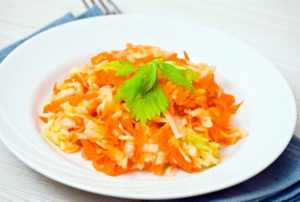 Пісний та бадьорий сніданок: салат із яблук і редьки