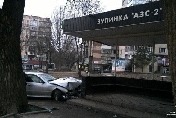"""У Хмельницькому п'яний на """"BMW"""" в'їхав у зупинку"""