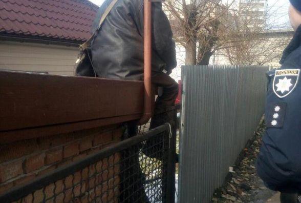 """Попався на паркані: у Хмельницькому крадія затримали """"на гарячому"""""""