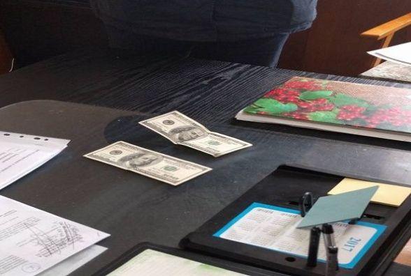 П'яний за кермом: на Чемеровеччині водій намагався відкупитися доларами від поліції