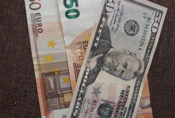 Долар та євро підстрибнули: курс НБУ на 16 березня