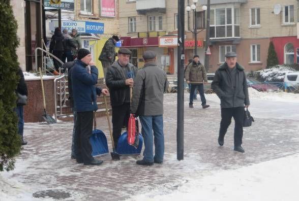 Підприємців просять прибирати сніг у вихідні біля своїх приміщень