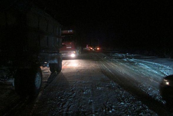 Підступний снігопад: на Теофіпольщині вантажівки злетіли з дороги та паралізували рух на трасі