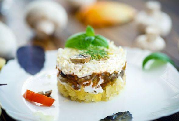 Пісний сніданок: готуємо салат із печериць і ананасів