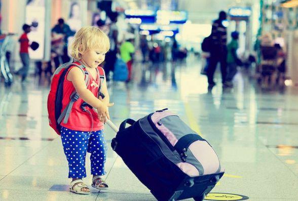 Подорожуєте з дитиною? З квітня в Україні діють нові правила для виїзду за кордон