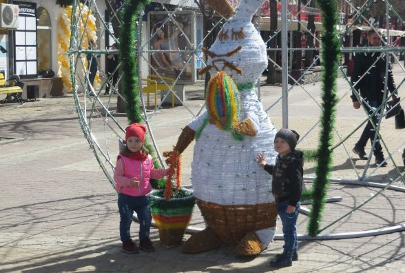 Фото дня: на Проскурівській засвітять триметрове великоднє яйце