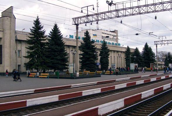 Хмельничанин Олександр просить збудувати безпечні переходи на залізничному вокзалі, щоб люди не ходили по коліях