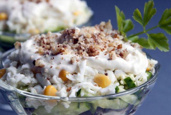 Рецепт вихідного дня. Готуємо салат із куркою, горіхами і чорносливом