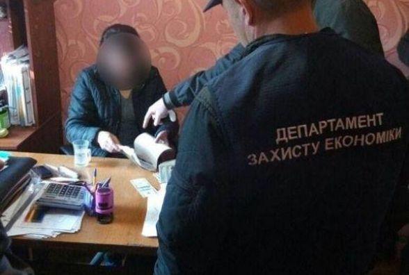 Штрафом у кілька тисяч відбулася директорка держпідприємства із Старокостянтинова, яку спіймали на хабарі