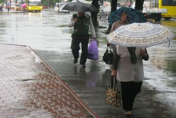Холодний атмосферний фронт суне на Україну: якої погоди чекати хмельничанам